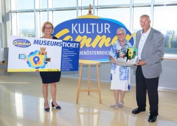 Landeshauptfrau Johanna Mikl-Leitner gratulierte Leopoldine Tanzberger (und Ihrem Ehemann Josef Tanzberger) mit einem Ein-Jahres-Gratis-Eintritt in zehn niederösterreichische Museen und einem Kultursommer Niederösterreich-Geschenkkorb.