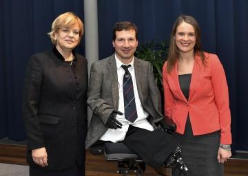 Im Bild von links nach rechts: Landesrätin Mag. Barbara Schwarz, Psychologe und Buchautor Georg Fraberger und LAKO-Leiterin Mag. Kristina Mandl begrüßten 150 interessierte Gäste.