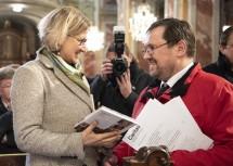 """Caritas-Direktor Hannes Ziselsberger überreicht Landeshauptfrau Johanna Mikl-Leitner das Buch """"Solidarisch – denken, leben, handeln"""""""