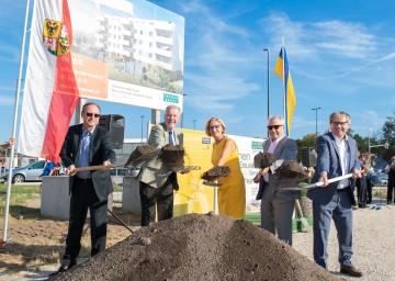 Geschäftsführer Horst Eisenmenger, Bürgermeister Klaus Schneeberger, Landeshauptfrau Johanna Mikl-Leitner, Maximilian Weikhart (Wien-Süd), Geschäftsführer Friedrich Klocker (v.l.n.r.)