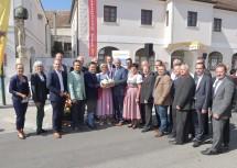 Landeshauptfrau Johanna Mikl-Leitner, Landeshauptfrau-Stellvertreter Franz Schnabl und der Traismaurer Bürgermeister Herbert Pfeffer mit den Ehrengästen und Geehrten.