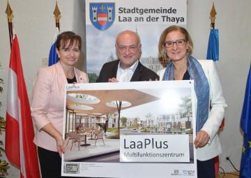 Erste Präsentation der Pläne für das Multifunktionszentrum LaaPlus  in Laa an der Thaya: Landeshauptfrau Johanna Mikl-Leitner, Investor Rudolf Schütz und Bürgermeisterin Brigitte Ribisch (v.r.n.l.).