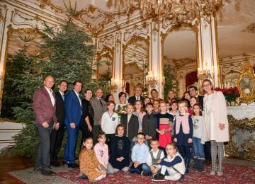Landeshauptfrau Johanna Mikl-Leitner übergab gemeinsam mit einer großen Delegation aus Korneuburg den Christbaum für die Hofburg an Bundespräsident Alexander Van der Bellen und dessen Gattin Doris Schmidauer.