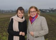 Hier entsteht das Multifunktionszentrum LaaPlus, im Bild Landeshauptfrau Johanna Mikl-Leitner und Bürgermeisterin Brigitte Ribisch (v.r.n.l.).