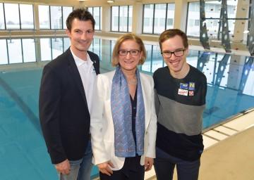 Eröffnung des neuen Regionalbades in Gänserndorf: Landeshauptfrau Johanna Mikl-Leitner mit Bürgermeister René Lobner (links) und Schwimmer Andreas Onea (rechts).