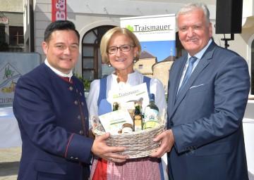 """""""60 Jahre Stadtgemeinde Traismauer: Bürgermeister Herbert Pfeffer, Landeshauptfrau Johanna Mikl-Leitner und Landeshauptfrau-Stellvertreter Franz Schnabl."""