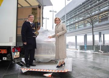 Hilfsgüter für Tansania: Landeshauptfrau Johanna Mikl-Leitner und Stefan Krauter, Geschäftsführer der cargo-partner GmbH