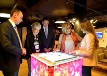 Im e–Estonia showroom: ecoplus-Geschäftsführer Jochen Danninger, Wirtschaftslandesrätin Petra Bohuslav, Lukas Mandl, Landeshauptfrau Johanna Mikl-Leitner, Managing Director Anna Piperal (v.l.n.r.)