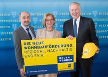 Von links nach rechts: Der Leiter der Abteilung Wohnungsförderung, Helmut Frank, Landeshauptfrau Johanna Mikl-Leitner und Landesrat Martin Eichtinger.