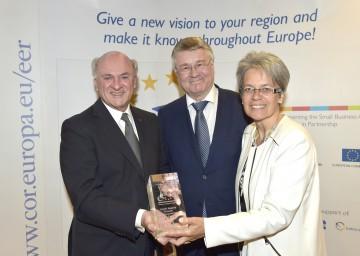 """Verleihung der Auszeichnung \""""Europäische Unternehmerregion  2017\"""" in Brüssel: Landeshauptmann Dr. Erwin Pröll, der Präsident des Ausschusses der Regionen Markku Markkula und Landesrätin Dr. Petra Bohuslav (v. l. n. r.)."""