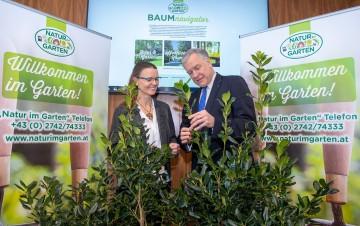 """""""Natur im Garten""""-Baumnavigator präsentiert: Katja Batakovic, fachliche Leiterin von """"Natur im Garten"""", und Landesrat Martin Eichtinger informierten."""